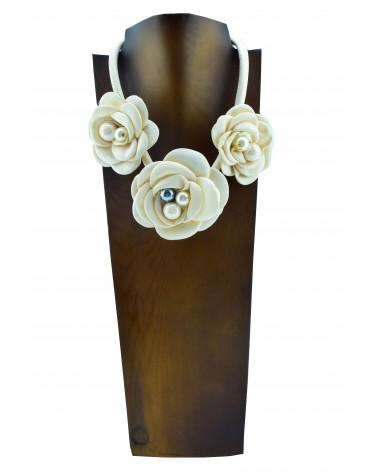 Collar corto con 3 flores